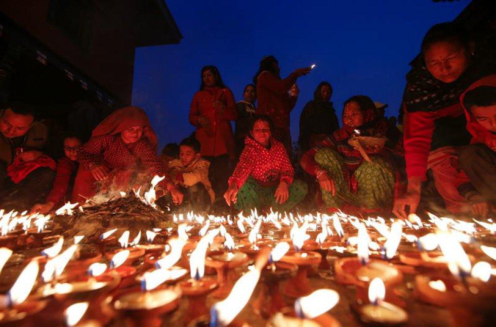 Nepaleses encienden velas en honor a la diosa del conocimiento, la sabiduría y el aprendizaje Saraswati.