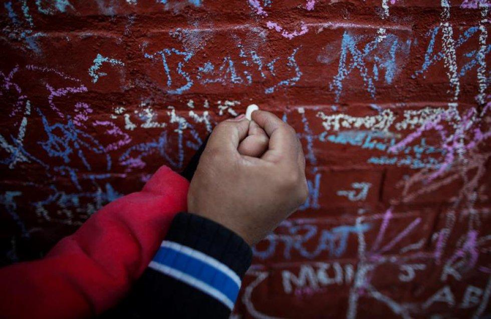Las personas realizan mensajes de honor en el Festival Shree Panchami en Kathmandu.