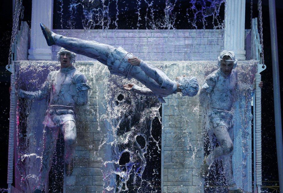 """Varios artistas ensayan su número de la función """"Giant fountains show. Amazing city"""" del Circo Estatal de Bielorrusia en Minsk, Bielorrusia."""
