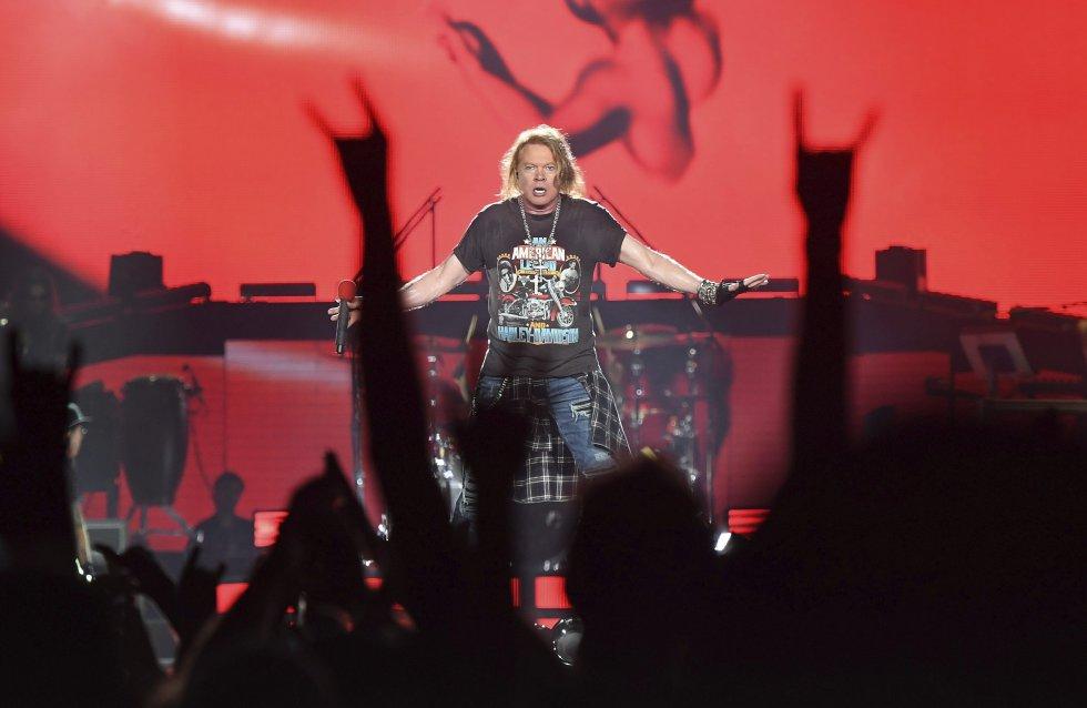 Axl Rose alentando al público en medio de la primera presentación de la banda en Brisbane.