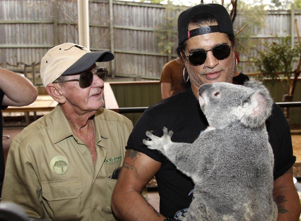 "El guitarrista de la banda ""Slash"" sostiene un koala llamado ""Tinkerbell"" en la Bob Irwin Wildlife and Conservation Foundation Inc(Brisbane, Australia)."