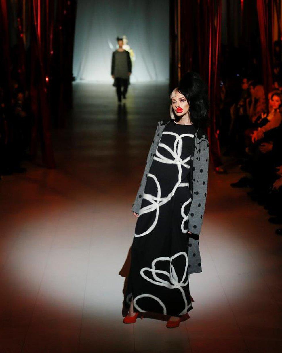 Una modelo luce prendas del diseñador ucraniano Aleksey Zalevskiy.