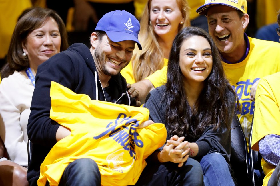 Ashton Kutcher y su pareja Mila Kunis se han dejado ver en varios juegos de la NBA, como este entre los Golden State Warriors y los Cleveland Cavaliers en el Oracle Arena el 5 de junio de 2016.