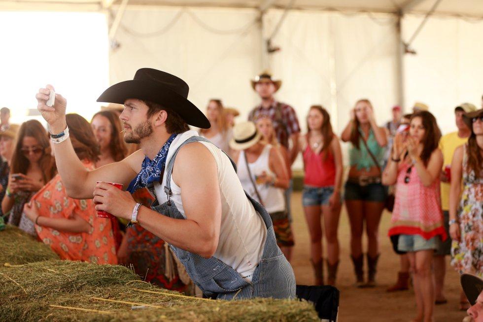 El actor Ashton Kutcher fue visto en el Festival de Música Country en California el 26 de abril de 2014.