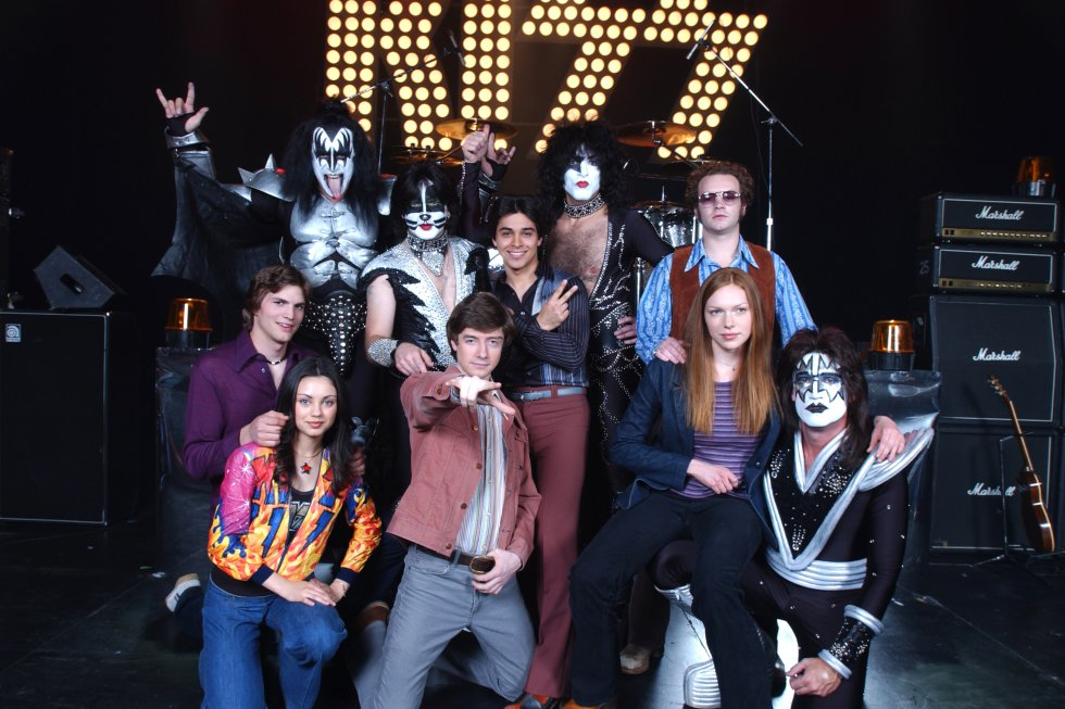 Kiss visitó el set de That '70s Show. En la foto: Laura Prepon, Topher Grace, Danny Masterson, Ashton Kutcher, Wilmer Valderrama y Mila Kunis.