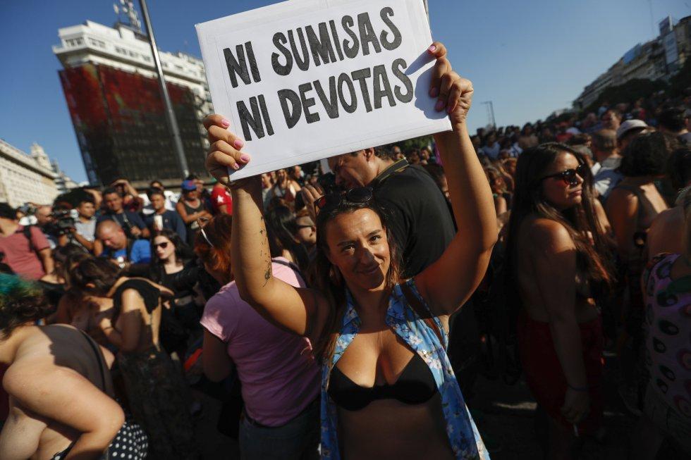Las participantes que se concentraron en el Obelisco en Buenos Aires rechazaban las prohibiciones adelantadas por la policía en las zonas de playa de balnearios cercanos a la capital Argentina.
