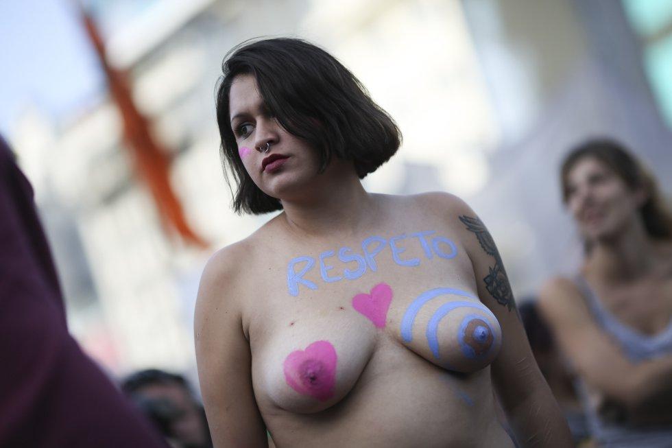 Sin tapujos, las argentinas salieron a las calles exihibiendo su busto y pidiendo que no se reprodujeran los tabús en torno del cuerpo.