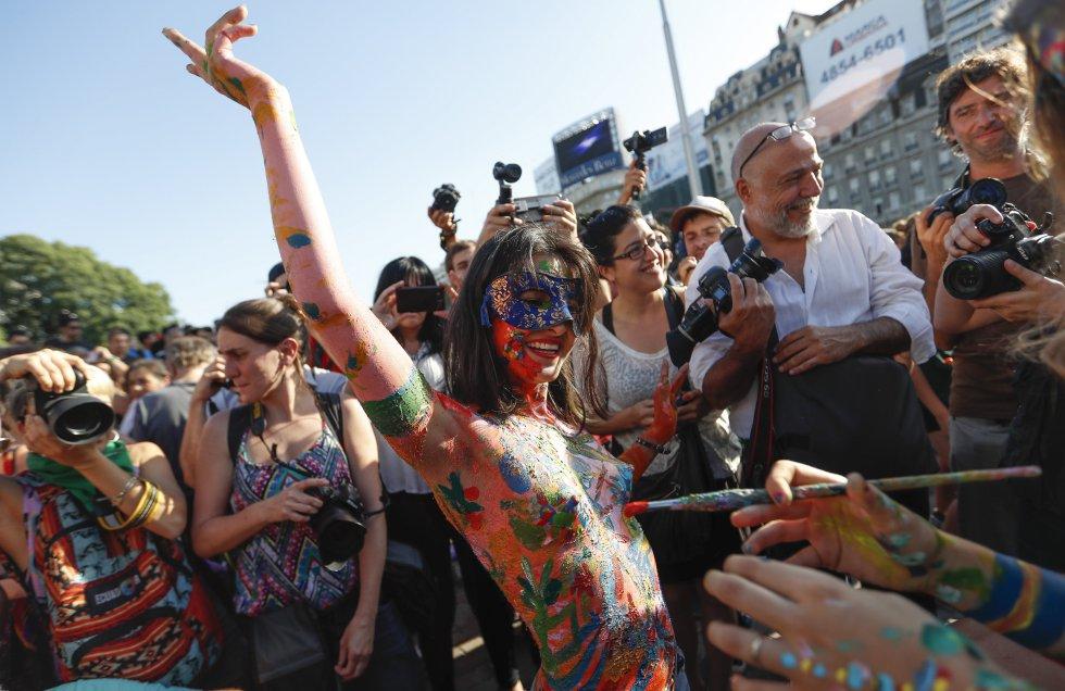 Con body paint y carteles se realizó la protesta