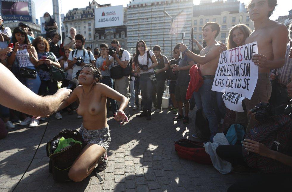 Los hechos de protesta fueron convocados después de que la policía el fin de semana pasado censurara a algunas mujeres por broncearse en topless en las playas de ese país.