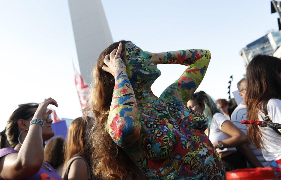 """El obelisco fue el punto de la manifestacion bonaerense, pero otras ciudades con cientos de manifestantes también se unieron al evento denominado como """"el tetazo""""."""