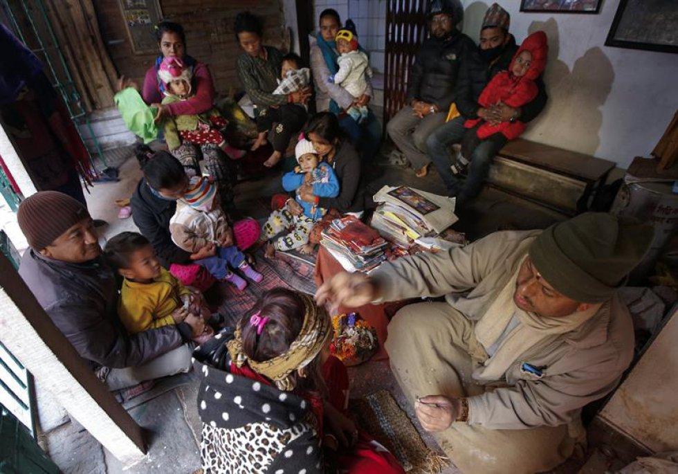 Gangaram Bhattarai es un reconocido Chamán al que los padres confían sus hijos para diferentes tratamientos, en Nepal.