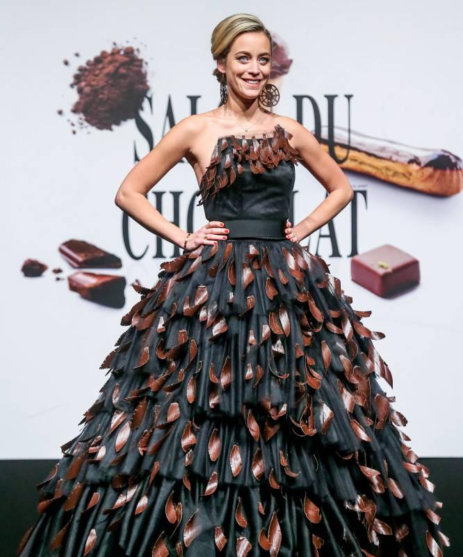 Una modelo luce una creación hecha de chocolate durante la pasarela de apertura de la Feria del Chocolate de Bruselas.