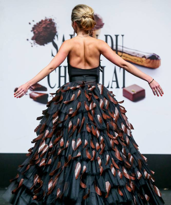 Maestros chocolateros, pasteleros y diseñadores son los encargados de armar estos vestidos.