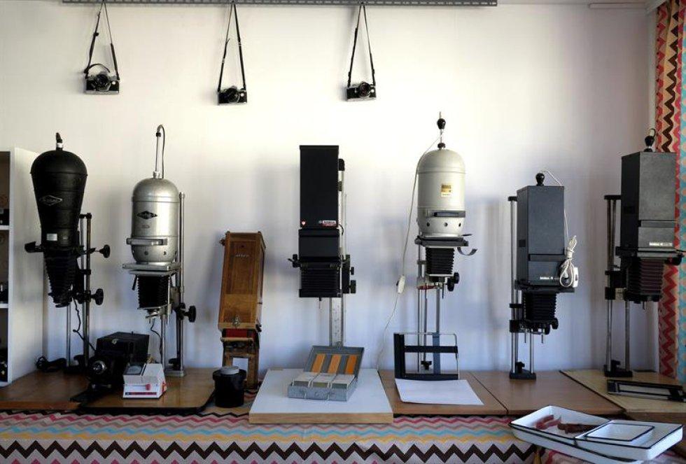 Vista de una serie de cámaras en exposición en el Museo de Fotografía de Rzeszów, Polonia.