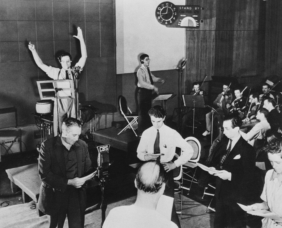 """Orson Welles realizó el radioteatro """"La guerra de los mundos""""(1938) relatando una supuesta invasión extraterrestre a la tierra. La narración provocó pánico en las calles de Nueva York ya que muchos ciudadanos pensaron que estos era real."""