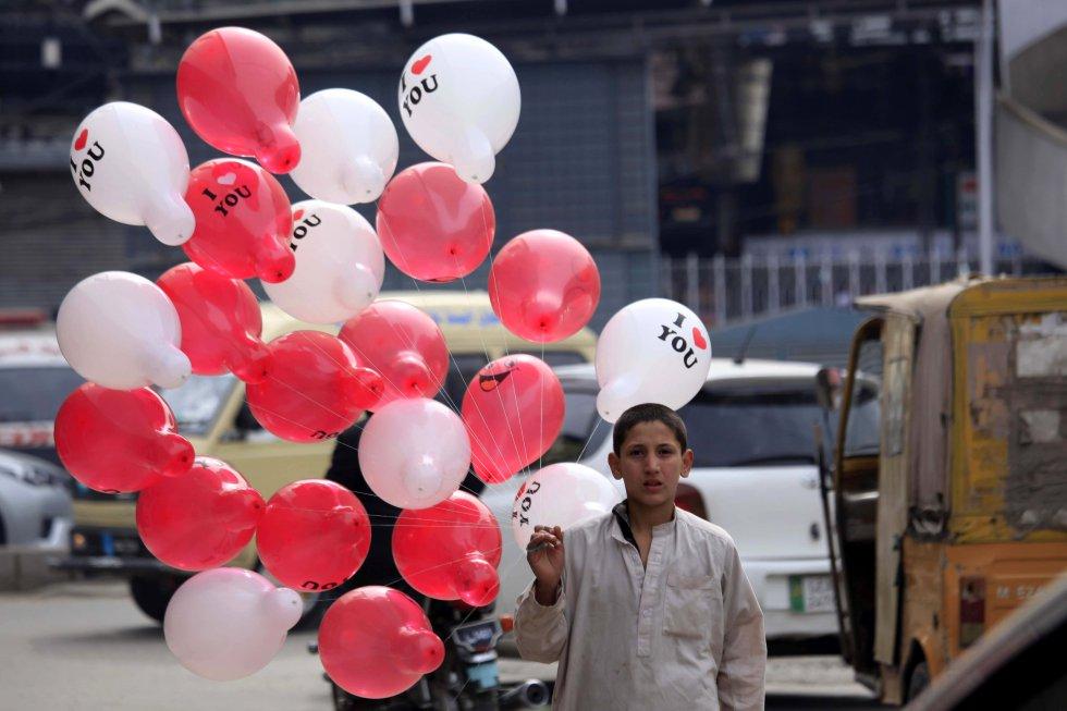 """Un tribunal paquistaní prohibió cualquier celebración de San Valentín en lugares públicos y la promoción en medios de comunicación, por considerar que va en contra de los """"mandatos del islam"""" y que promueve la """"indecencia"""" y la """"desnudez."""