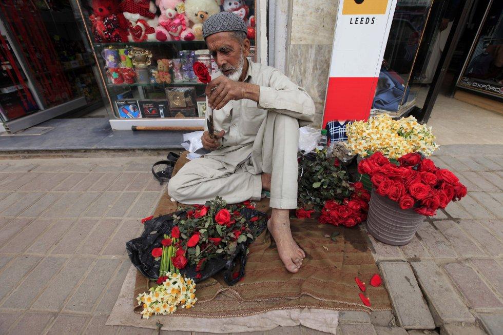 Este hombre vende flores en una calle en Peshawar, Pakistán.