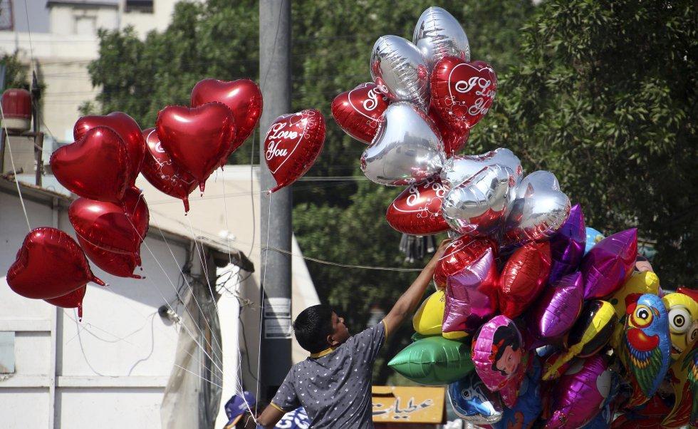 Un hombre vende globos con motivo de San Valentín en Peshawar, Pakistán.