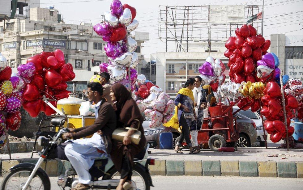 En Karachi, la ciudad más poblada de Pakistán varios puestos de venta de globos se observan con motivo del día de San Valentín.