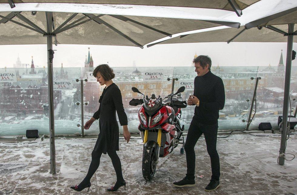 La presentación oficial de la cinta tuvo lugar en el hotel Ritz-Carlton de Moscú. En la foto Milla Jovovich (Izq,) y su marido, el director de cine Paul W.S. Anderson(Der.)