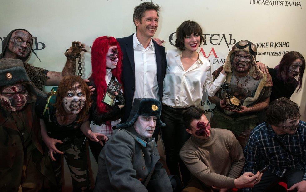 Un grupo de seguidores disfrazados de zombies, acompañaron en la  alfombra roja a Paul W.S. Anderson y Milla Jovovich.