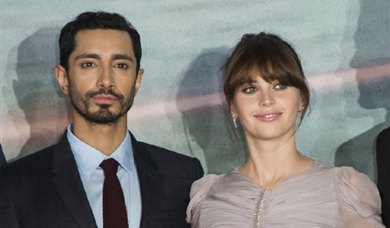 Riz Ahmed(Izq.) y Felicity Jones(Der.) en el estreno de Rogue One: A Star Wars Story en Londres, Inglaterra.