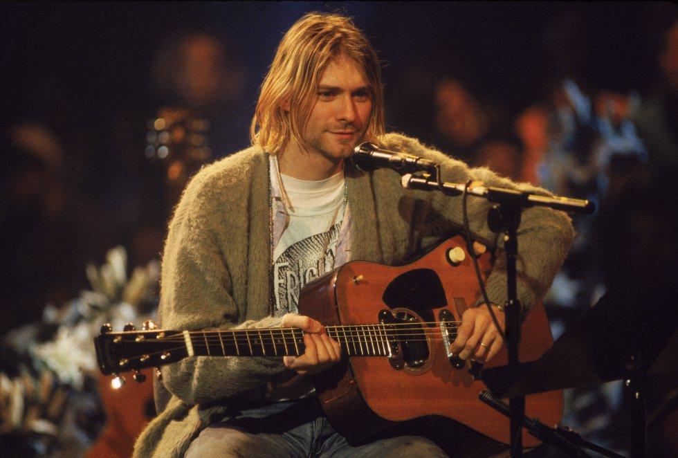 """Con la grabación de sus álbumes """"In Utero(1993) y MTV Unplugged(1994), Cobain se consagró en la música, pero su vida personal seguía siendo un desastre. Su adicción a la heroína lo llevó a cancelar una gira mundial por una sobredosis de heroína y champaña."""