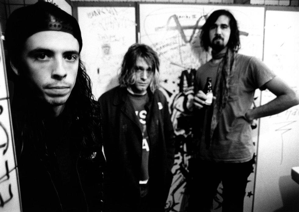 En 1991, la formación definitiva se completó con Kris Novoselic en el bajo y Dave Grohl en la batería.(Actual vocalista-guitarrista de Foo Fighters).