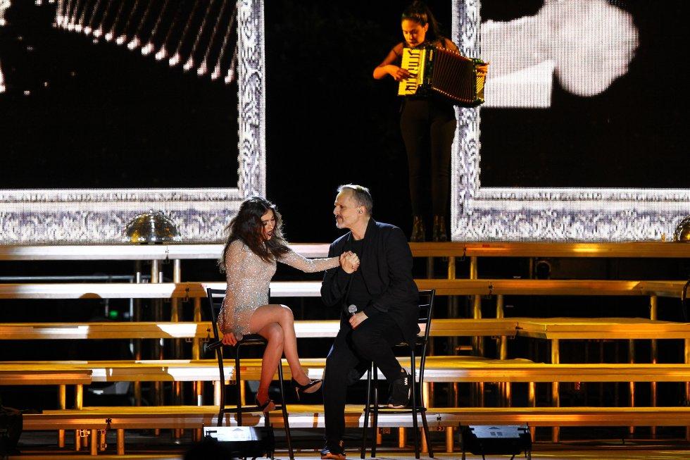 """Miguel Bosé interpreta el tema """"Como Un Lobo"""" junto a la cantante mexicana Paty Cantú."""