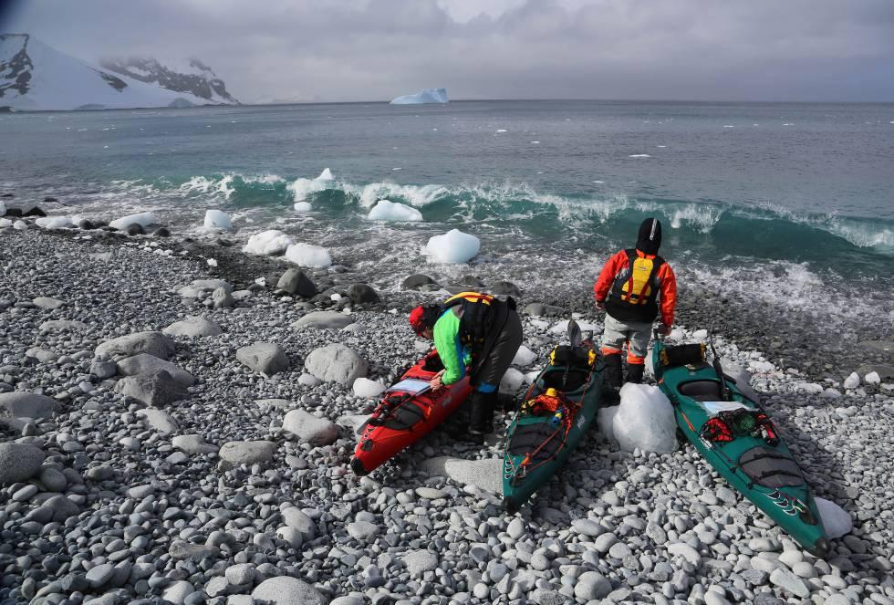 Un equipo de tres destacados kayakistas culminó la primera expedición de largo aliento en el archipiélago antártico.