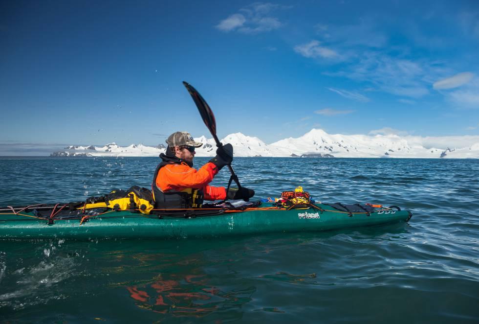 Durante once días, los tres kayakistas recorrieron entre 20 y 30 kilómetros diarios y unieron la Isla Livingston, Isla Greenwich, Isla Barrientos, Isla Robert, Isla Nelson e Isla Rey Jorge.