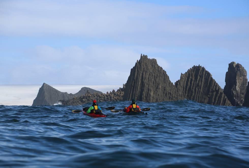 """El kayak, dicen ellos, es una de las mejores embarcaciones para disfrutar de la naturaleza, pues permite que el tripulante se conecte """"profundamente con lo que le rodea"""", explica el aguerrido aventurero."""
