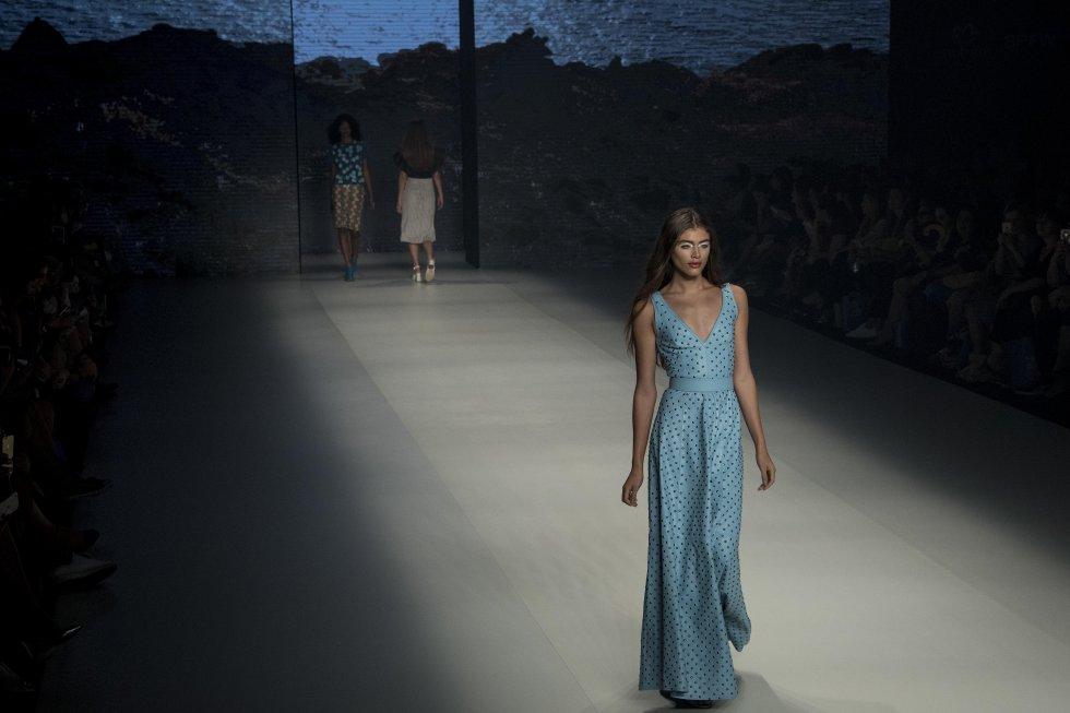 La prestigiosa revista de moda francesa Vogue París lleva por primera vez a su portada a una modelo transexual, honor que ha recaído en el número de marzo en la brasileña Valentina Sampaio.