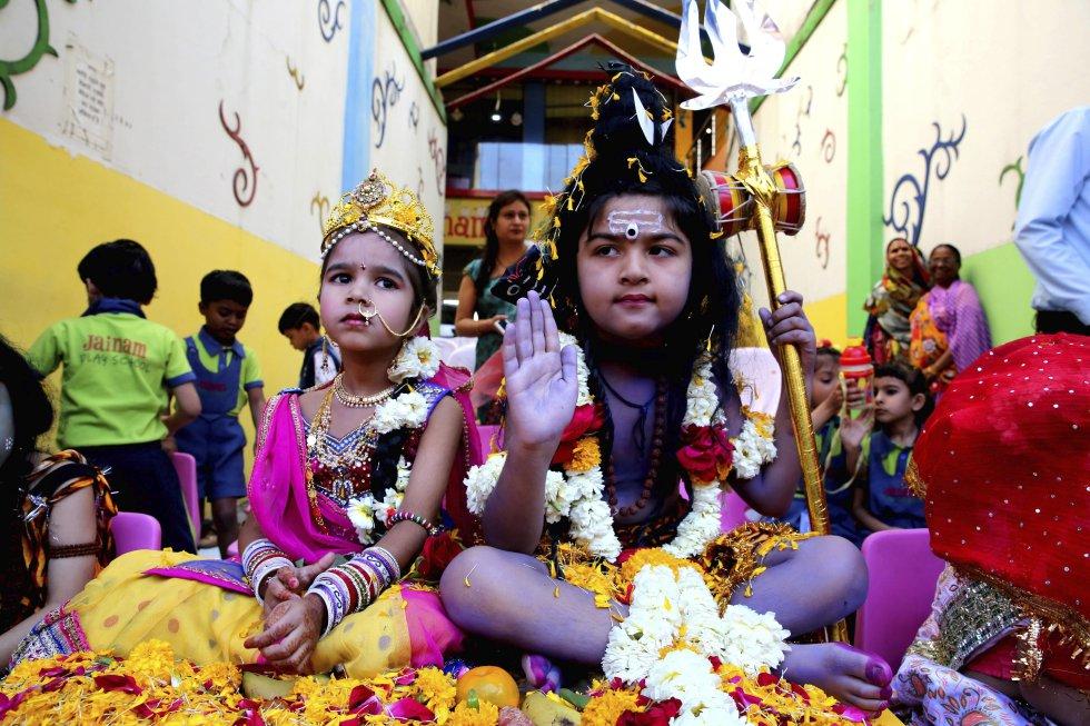 Los niños participan de estas festividades disfrazándose del dios hindú Shiva (Der.) y la diosa Parvati (Izq.)