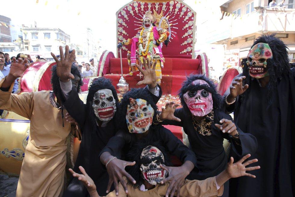 Fantasmas y demonios son otros de los disfraces que se pueden apreciar en medio de una procesión para celebrar el festival.