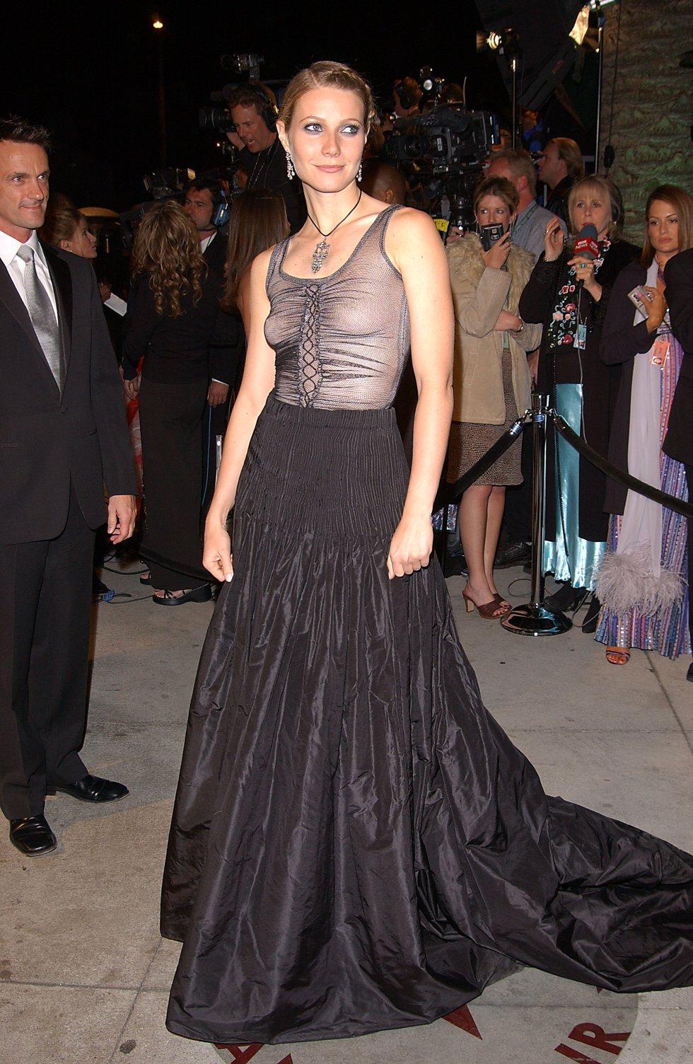 Gwyneth Paltrow con un vestido del diseñador Alexander McQueen en 2002.