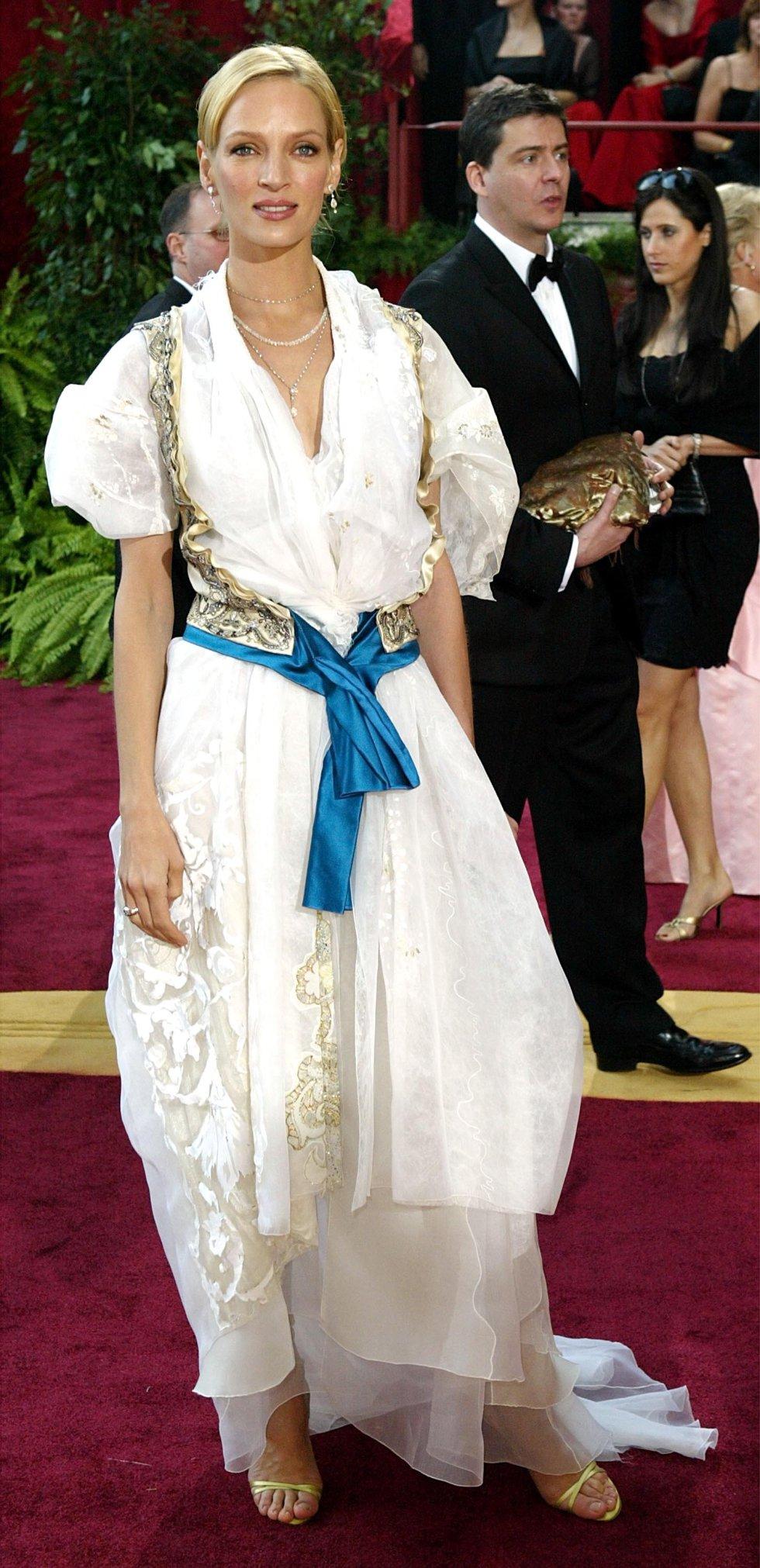 Uma Thurman, vestida con un traje de Christian Lacroix en el 2004.