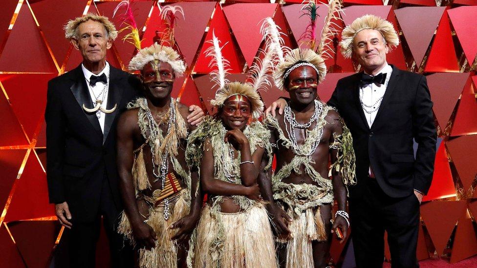 Los directores Martin Butler y Bentley Dean llamaron la atención de muchos al estar acompañados de miembros del elenco de la cinta australiana 'Tanna', nominada a mejor película en lengua no inglesa.