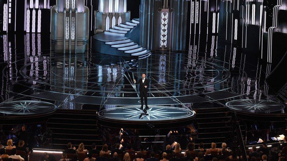 El presentador de televisión Jimmy Kimmel es el maestro de ceremonias de la 89° entrega de los premios Oscar. Hizo la presentación con inevitables referencias a la política de Donald Trump y a varios de los actores estelares de la noche.