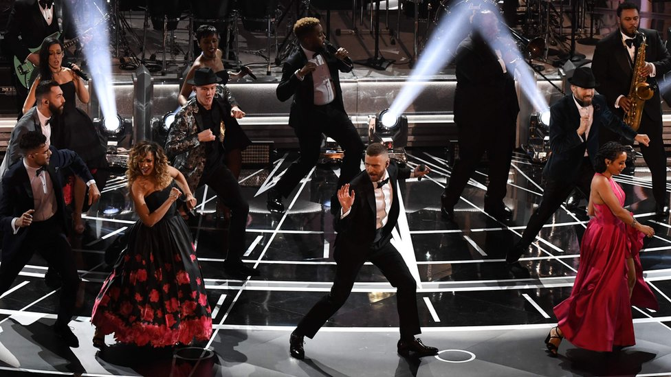 El cantante Justin Timberlake fue el encargado de la apertura musical de los Oscar 2017, con un número que inició desde las afueras del Teatro Dolby y culminó en el gran escenario.