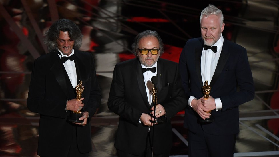 Alessandro Bertolazzi (c), Giorgio Gregorini (i) y Christopher Nelson (d) ganaron el Oscar por mejor maquillaje y peinado, gracias a su trabajo en la cinta 'Escuadrón suicida'. Dedicaron su premio a los inmigrantes, uno de los primeros comentarios políticos en el escenario por parte de los ganadores.