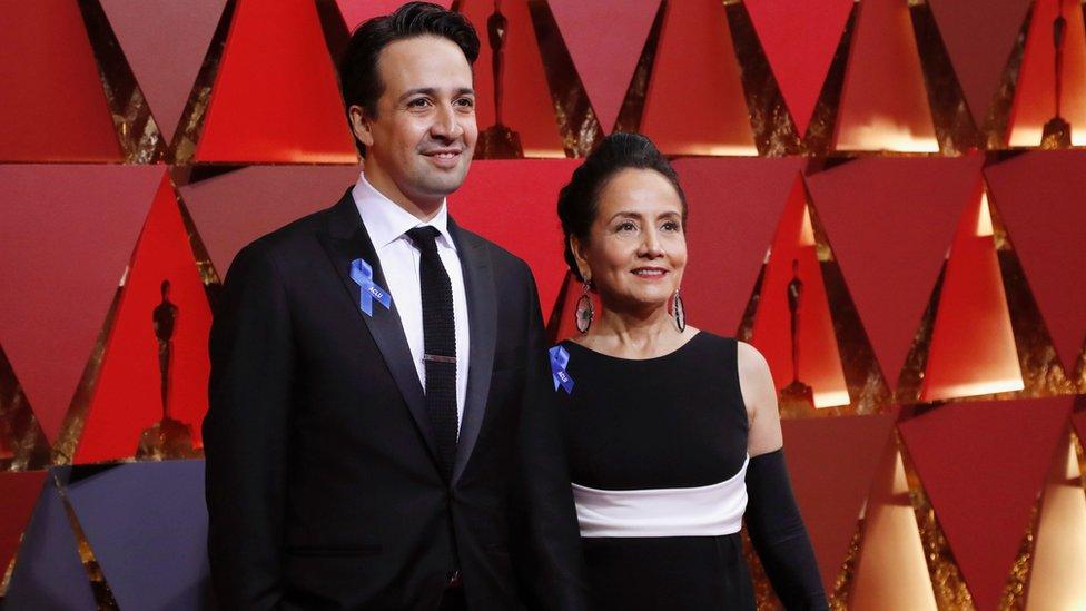 """El actor Lin-Manuel Miranda y su madre también portaban el distintivo azul. Él está nominado a mejor canción original por """"How Far I'll Go"""" de la película animada 'Moana'."""