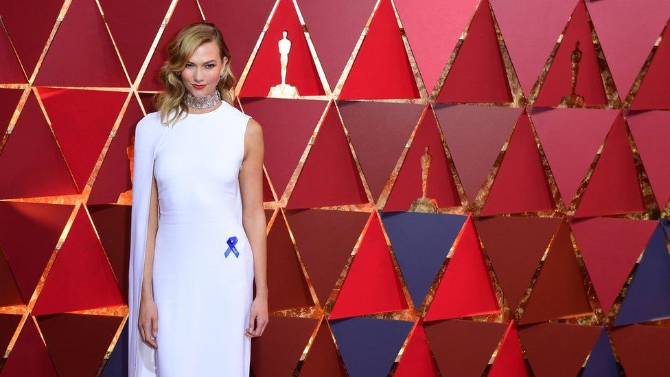 La modelo Karlie Kloss fue otra de las invitadas a la pasarela de la alfombra roja que también portaba el moño azul.