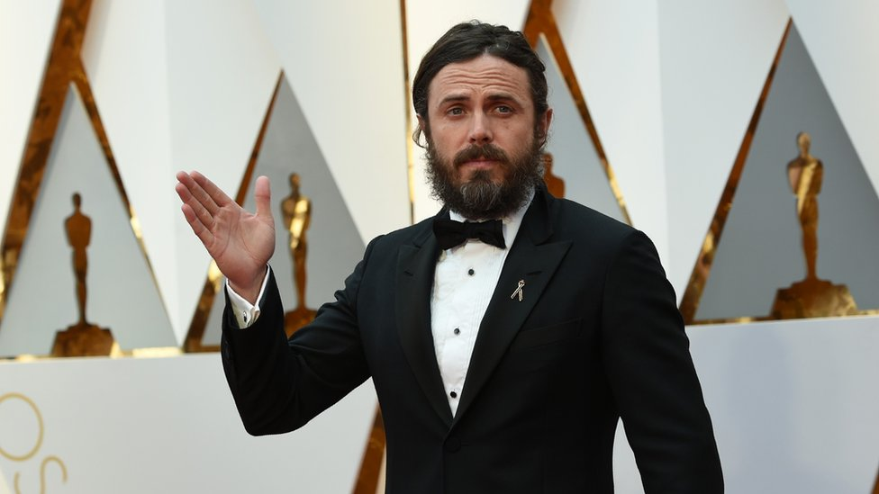 Casey Affleck, uno de los nominados al premio de mejor actor, llevaba un elegante esmoquin negro. Su película, 'Manchester frente al mar', también compite por la estatuilla a mejor película.
