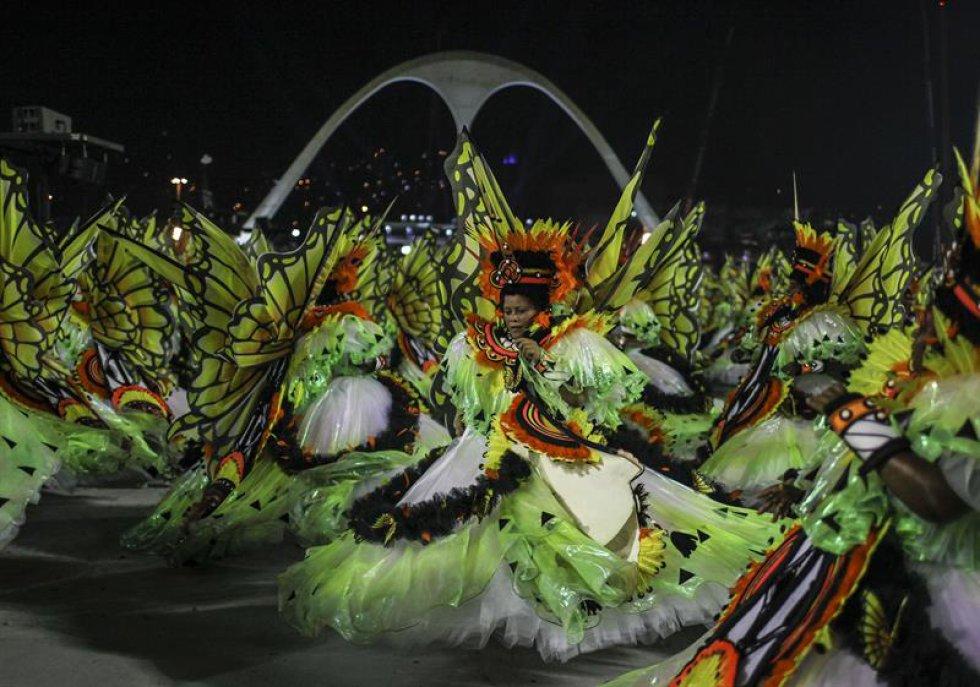 Tuiuti, la campeona el año pasado del Grupo de Acceso, la segunda división de las escuelas de samba, tomó el Sambódromo de Río de Janeiro con sus 3.100 integrantes, todos cuidadosamente disfrazados, y una orquesta de percusión de más de un centenar de músicos.