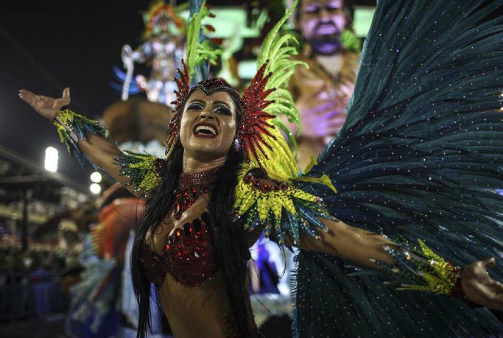 Pero las principales referencias del desfile fueron al Tropicalismo, el movimiento musical liderado por los cantautores Caetano Veloso y Gilberto Gil en la década de 1960 que entona una defensa de la cultura brasileña contra el avance de las culturas extranjeras.