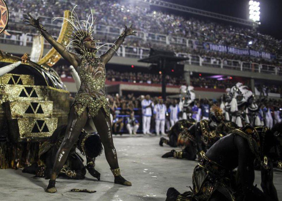 En el desfile no faltaron las críticas veladas a la invasión de modismos extranjeros y a la globalización, que fueron muy bien explotadas en algunos de los disfraces.