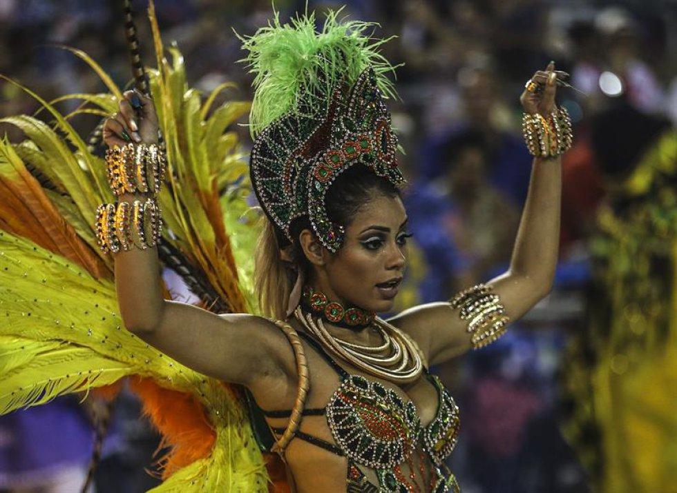 Las dos últimas escuelas en desfilar, ya en la madrugada del lunes, serán Salgueiro, que escenificará en el Sambódromo su versión carnavalizada de la Divina Comedia de Dante Alighieri, y Beija-Flor, con un desfile sobre la india Iracema.