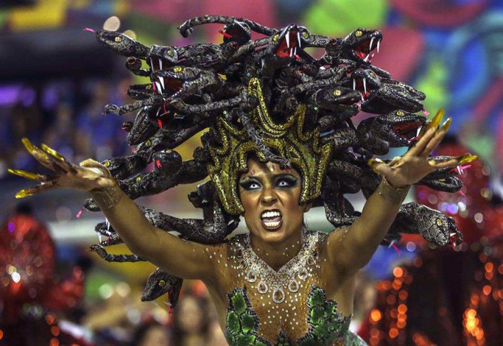 Tuiuti, con un samba interpretado por Wantuir y compuesto especialmente para esta noche por Carlinhos Chirrinha y Rafael Bernini, dividió su desfile en 34 alas (grupos de bailarines), cada una con su disfraz específico, y llevó al Sambódromo seis gigantescas carrozas alegóricas para alabar la cultura brasileña, desde la pintura y la literatura, pero principalmente la música.