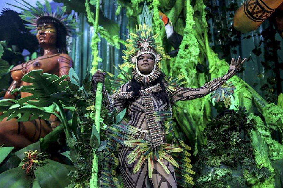La segunda de las seis escuelas en desfilar esta noche es la Grande Río, que pretende llevar al Sambódromo un homenaje a Bahía, el estado brasileño en que más se afincó la cultura africana, mediante la exaltación de Ivete Sangalo, una de las cantantes más populares del país.
